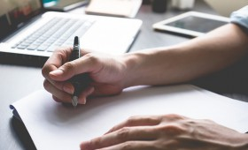 社内報の編集後記って重要?書き方や文例は?